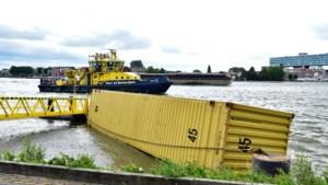 Video: Schip botst tegen brug Rotterdam en verliest 3 containers