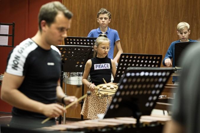 Slagwerkers van de 'Greune van Wolder' spelen coronaproof vanuit Muziekgieterij Maastricht