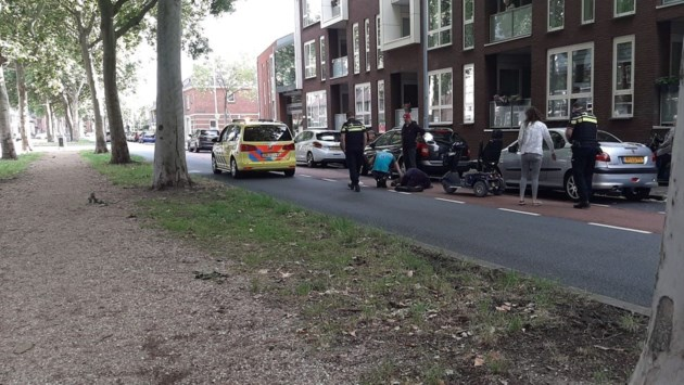 Scootmobilist gewond na botsing tegen geparkeerde auto