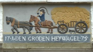 Replica van gevelsteen 'In den groden heywagel' terug in de buurt van de oude plek in Maastricht