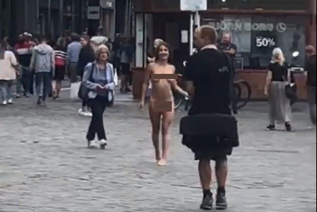 Video: Boete en veel bekijks voor naaktloopster in hartje Maastricht