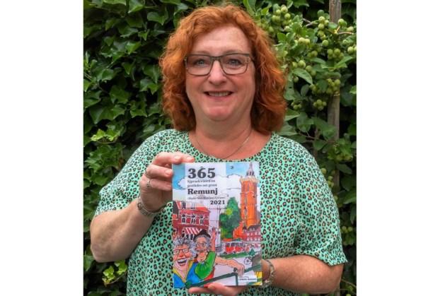 Eerste exemplaar scheurkalender Veldeke Krink Remunj voor 'dialectdocente' Petra Wasserman