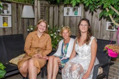 Nova Dirks (17) krijgt gemeentelijke onderscheiding voor zorg voor oudere zus; oma Els straalt van trots
