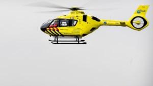 Wielrenner met traumahelikopter afgevoerd na aanrijding