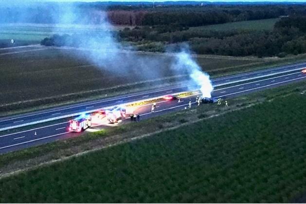 Auto brandt volledig uit op A73