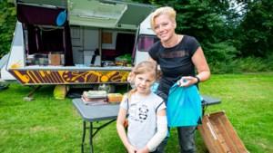 Kindcentrum Sittard luidt zomervakantie in met lezen bij de caravan