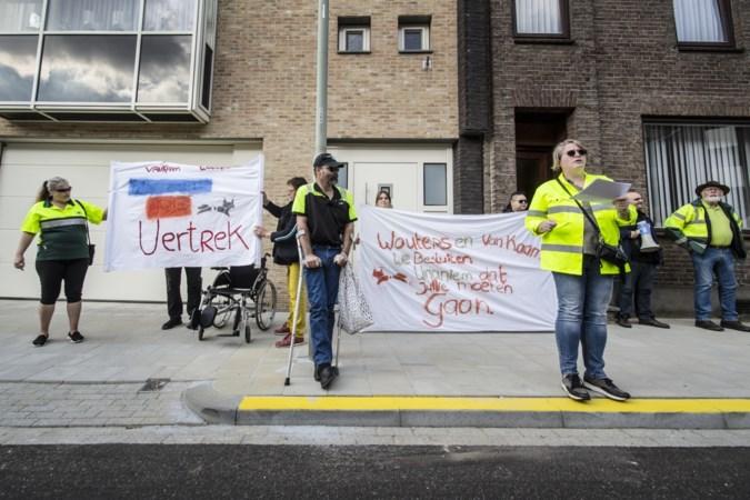 Vrijwilligers Dierenambulance demonstreren bij woning bestuurders