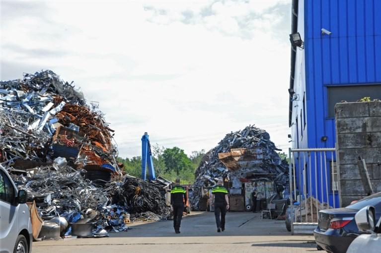 Video: Porsche, Maserati en 4 ton in beslag genomen bij recyclingbedrijf in Venlo