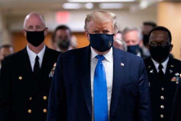 Trump draagt voor het eerst een mondkapje in het openbaar