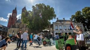 Publieksvriendelijke actie van Limburgse boeren op het Vrijthof: 'Wij willen burgers graag uitleggen hoe het echt zit'