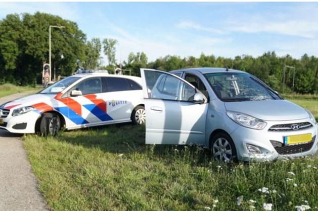 Automobilist botst op spoorboom in Weert