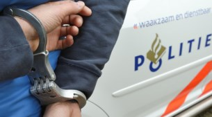 Man opgepakt voor grote wapenvondst en kilo's drugs in woning