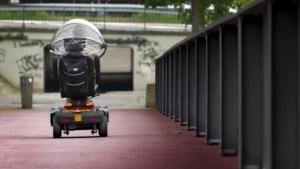 Man rijdt met scootmobiel de Geul in