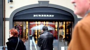 Modehuis Burberry ziet omzet nagenoeg halveren door corona