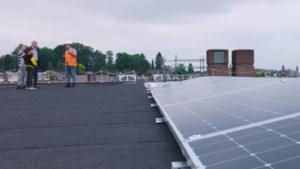 Ruim 400 zonnepanelen op dak sporthal Rumpen in Brunssum geplaatst
