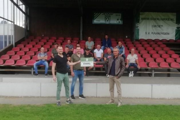 Veteranen van Panningen schenken duizend euro aan club