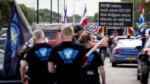 LIVE | Leider actiegroep 'Nederland in Opstand' en vriendin opgepakt, betogers filmen arrestatie