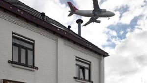 Zeventig pannen waaien van het dak van een huis na een vrachtvlucht boven Beek