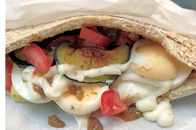 Recept: pita sabich, pittig streetfood uit Israël dat je elk moment van de dag kunt eten