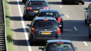 Auto met aanhanger schaart op A2: stenen op snelweg