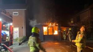Brandweer rukt uit voor brand in kantoorpand in tuin van woning