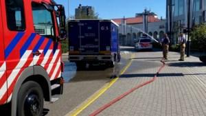 Brandweer koelt hete geldwagen met opgesloten bestuurder