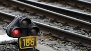 Vrachtwagen rijdt tegen viaduct: geen treinverkeer mogelijk