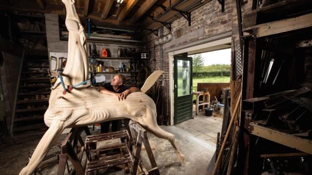Foto van de week: Jos Dirkx creëert een houten paard