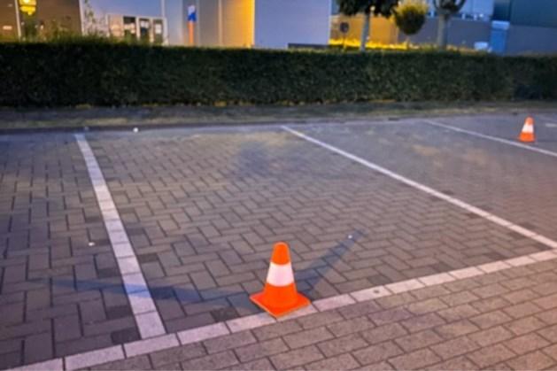 Man schiet vrouw (42) in been bij sporthal in Dilsen en vlucht naar Nederland