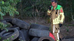 Autobanden en olievaten gedumpt langs bospad