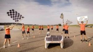 Zonneauto van teamcaptain Niek Hogenboom uit Sweikhuizen breekt wereldrecord: 924 kilometer in 12 uur