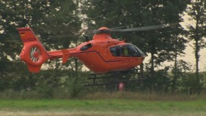 Video: Wesp in helm: motorrijder valt en raakt levensgevaarlijk gewond