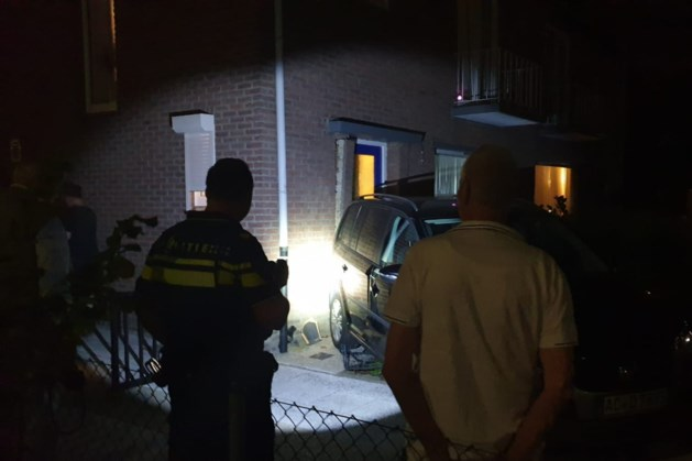 Auto komt tegen woning in Landgraaf tot stilstand