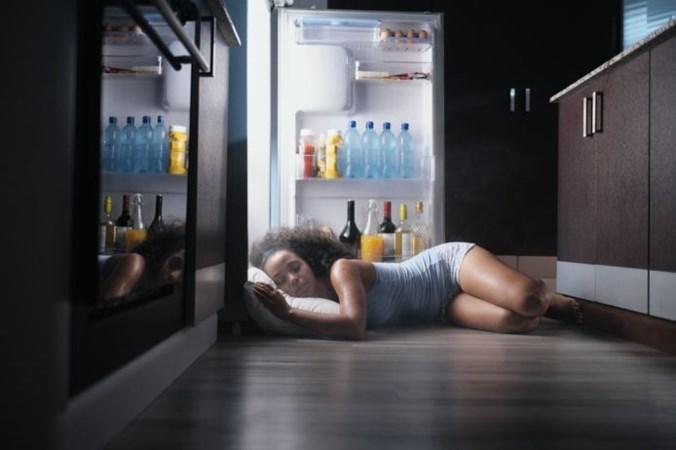 Slaap niet naakt en neem vooral geen koude douche: met deze tips kom je de warme nacht door