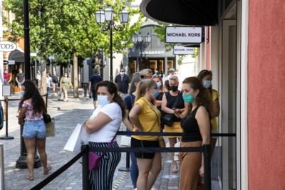 Shoppen met mondkapje in tropische hitte bij outlet Roermond: 'Wat moet, dat moet'