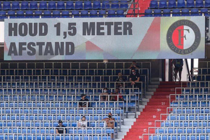 Voetbal zucht onder coronasluier: 'Je moet wel heel graag voetbal willen zien op dit moment'