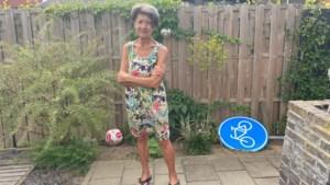 Vrouw (79) is verkeersbord zat en graaft het - in de hitte - zelf uit de grond