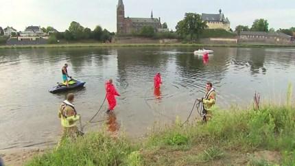 Video: Politie hervat zoektocht naar drenkeling in Maas bij Kessel
