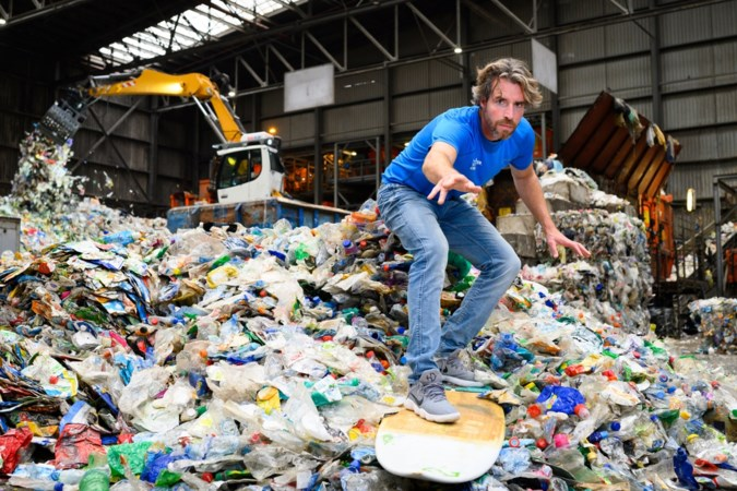 Plastic Soup Surfer Merijn Tinga peddelt en surft 550 kilometer in strijd tegen plastic afval