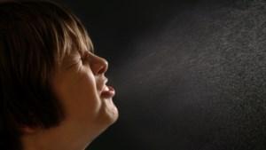Belgische tiener niest op mensen en deelt filmpjes van zijn daad op sociale media