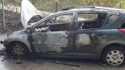 Video: Automobilist ruikt vreemde lucht tijdens het rijden, voertuig brandt volledig uit