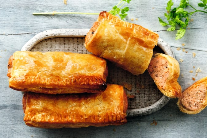 Lunch of borrelhap: eigengemaakte saucijzenbroodjes met zalmgehakt
