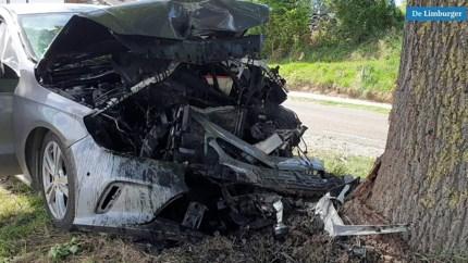 Auto botst hard tegen boom, bestuurder gewond