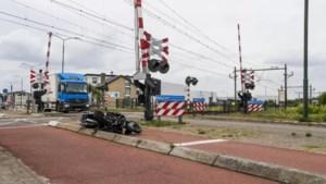 Bestuurder kan nét op tijd wegspringen voor trein die op zijn scooter botst, geen treinverkeer Eindhoven-Weert