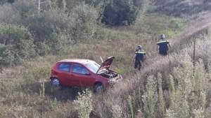 Auto rijdt van talud op A73 en komt in berm terecht