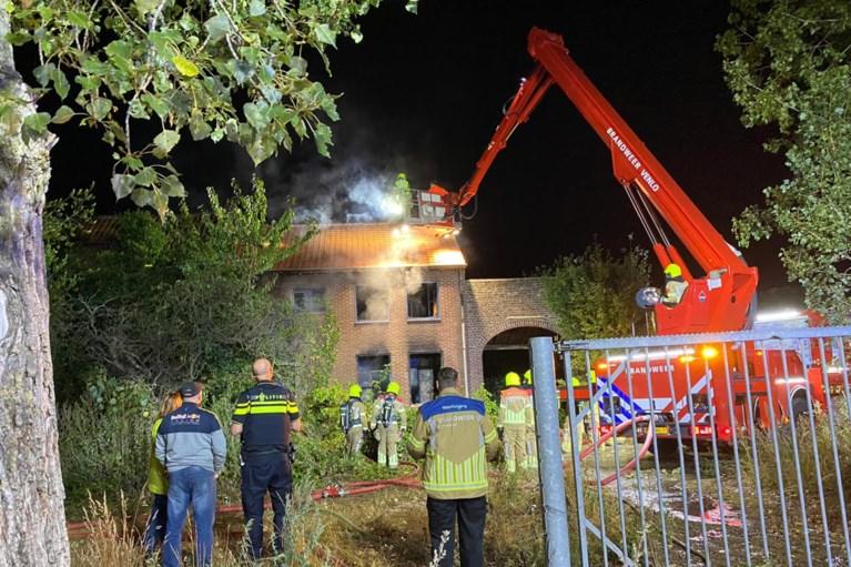Video: Brand in leegstaande boerderij in Posterholt