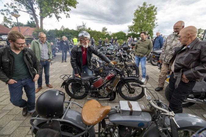 Flaneren langs het café op een omgebouwde oude motorfiets