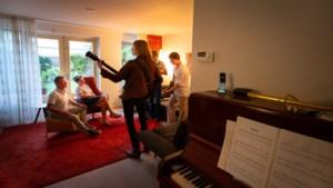 Corona maakt ook de popsector inventief: rocktrio uit Sittard-Geleen met debuutplaat op huiskamertournee