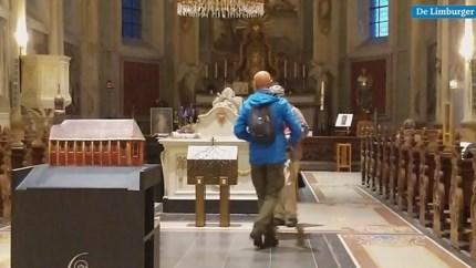 Pelgrims zoeken steun bij elkaar tijdens bedevaart met Sint-Gerlachus naar Sint-Servaas