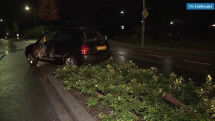 Automobilist wordt onwel en botst tegen boom en verkeersborden